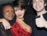 Actriţa zâmbea la fotografi, dar toţi cei din jur râdeau pentru că i se vedea un sân