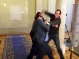 Bătaie ca-n filme între doi deputați ucrainieni VIDEO