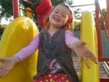 Fetiță de 4 ani trăiește într-o lume fără sunete