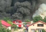 Incendiu devastator lângă Bucureşti. 18 autospeciale luptă să stingă focul