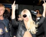 Lady Gaga, aproape dezbrăcată, face gesturi obscene căre fotografi