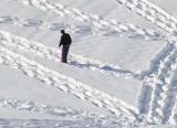 Pare un tip ciudat care se plimbă în cerc prin zăpadă...dar după ce te uiţi cu atenţie...rămâi uimit...WOW....Aşa ceva nu ai mai văzut niciodată