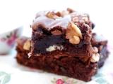 RETETA ZILEI: Negresa cu ciocolata alba si sos de ciocolata
