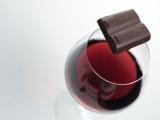 STUDIU: Ciocolata şi vinul roşu ajută la încetinirea evoluţiei glaucomului