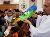 Un preot îşi stropeşte enoriaşii cu un PISTOL cu APĂ SFINŢITĂ
