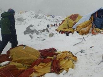 alpinisti-romani-blocati-pe-everest-in-urma-cutremurului-din-himalaya-46382-1.jpg