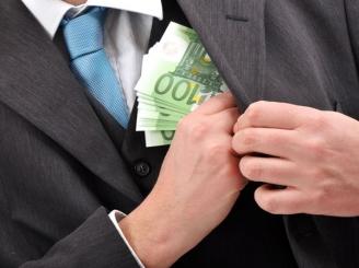 spaga-de-la-apia-se-ducea-pe-femei-concedii-si-haine-de-firma-43429-1.jpg