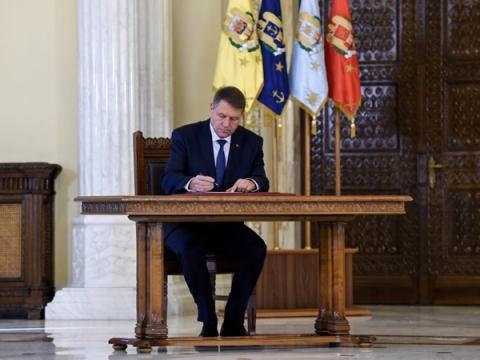 Iohannis a promulgat pensiile speciale pentru diplomați ...