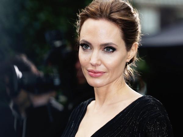 Angelina Jolie s-a supus unei intervenții de extirpare a ovarelor