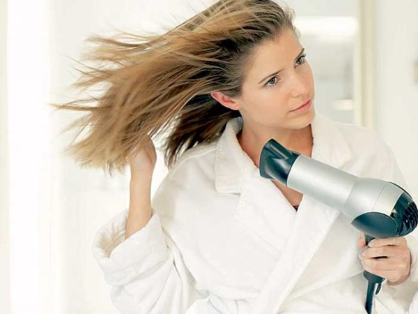 Cum îți usuci părul mai repede și cum îl protejezi de căldură