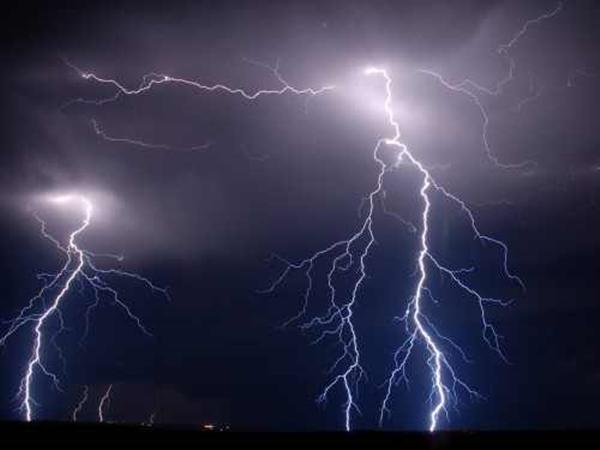 METEO. Ploi torențiale, descărcări electrice și grindină în toată țara